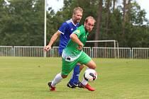 Na úvod divize fotbalisté SK Slaný (v modrém) vyhráli na hřišti Tatranu Rakovník 2:1 po penaltové rozstřelu. Nesládka atakuje Obrtlík