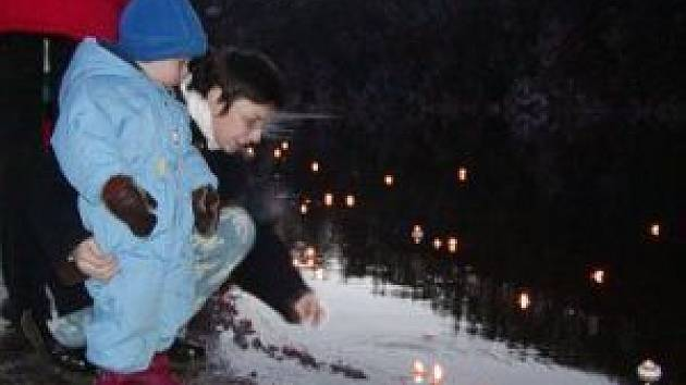 Světélka naděje pomalu odnáší proud řeky Berounky