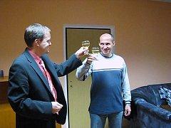 SENÁTOR Marcel Chládek připíjí s poslancem Sunkovským na svoji novou kancelář. Jen chvilku poté už v ní přijal ředitele Střední zemědělské školy v Rakovníku Ladislava Pazáka.