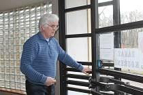 Ředitel MOA Rakovník Miloslav Blecha ukazuje zabezpečení vchodu do šaten