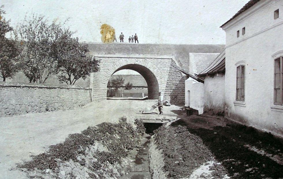 Viadukt v Chrášťanech.