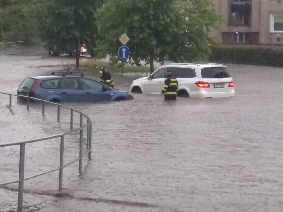 Přívalové srážky v Rakovníku 19. července 2020 - výjezd z autobusového nádraží.
