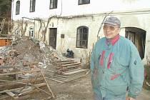 Petrovi Čechovi ze Šlovic rozvodněná řeka Berounka zdevastovala mlýn.