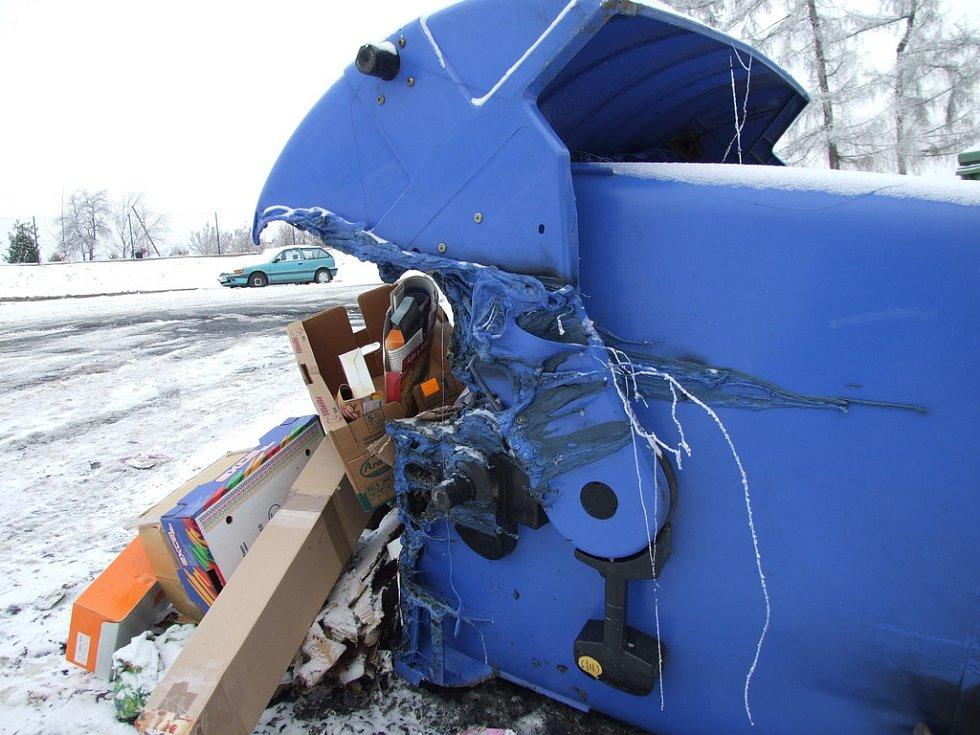 Neznámý vandal podpálil plastovou popelnici