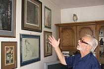 """""""I tahle stěna nám teď s manželkou nadlouho osiří,"""" loučí se s obrazy pro výstavu Karel Kestner."""