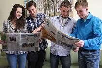 Studenti novostrašeckého gymnázia Kateřina Strnadová, Lukáš Rédl, Jakub Černý a Pavel Haužvic se zapojili do projektu Reportáž psaná o přestávce