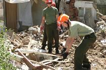 Vojáci z Rakovníka pomáhají s demolicí rodinného domu v Praze - Zbraslavi