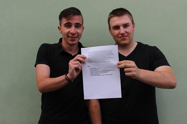 Zleva: Daniel Kouba a Petr Albrecht s podklady, které si pro rozhovor s Deníkem připravili.
