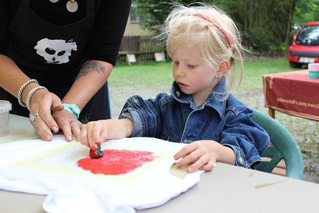 Děti si mohly vyzkoušet spoustu různých technik. Radost měly také z toho, že hotový výrobek si hned odnesly domů.