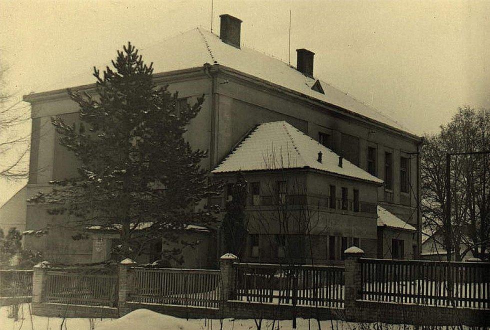 Budova ZŠ v Šanově v roce 1958.