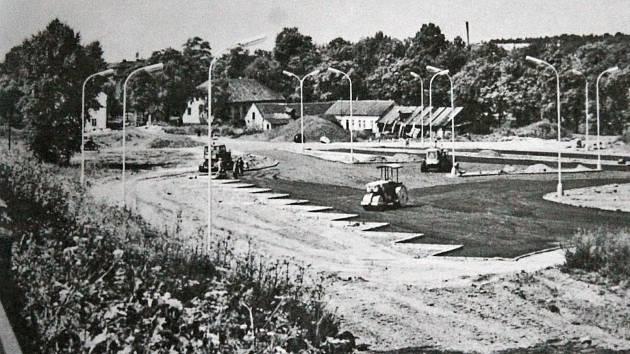 Autobusové nádraží se začalo stavět na konci šedesátých let. Poslední obytné domy z Čermákova cukrovaru tehdy ještě stály.