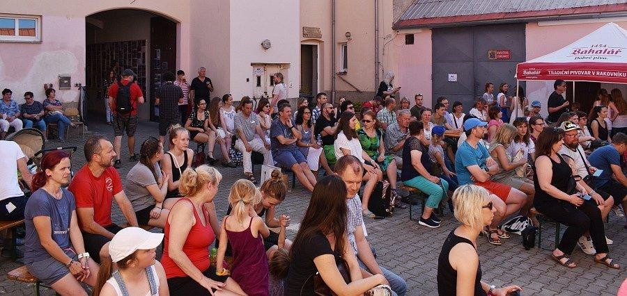 Dvacátý první ročník tradičního Strašeckého Dvorku finišoval v pátek v podvečer hudebním koncertem.