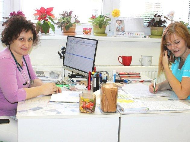 Dětská lékařka Helena Šretterová a zdravotní sestra Ilona Chytilová.