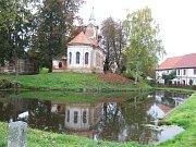 Rybník před kostelem byl dříve vyhlášeným koupalištěm