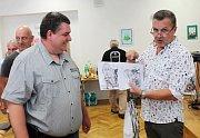 Karikaturista Milan Kounovský zahájil při oslavě svých pětapadesátin výstavu svých kreseb v rakovnickém domově seniorů.