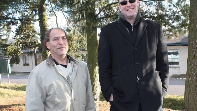 ŘeditelÚMK Rakovník Dušan Godeša (vpravo) v areálu ubytoven Haná