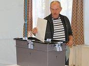 První den komunálních voleb ve volební místnosti v Domu dětí a mládeže v Rakovníku.