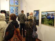 Ve Výstavní síni rakovnické radnice vystavuje fotografie Miroslav Sanytrák, který, ač se profesně věnuje oblasti manažerského systému řízení času a využití analýz v personalistice, je duší také fotograf a kurátorem pražské galerie v Klubu koníček.