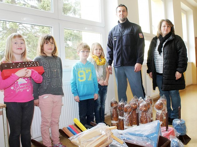 Zástupci Věznice Oráčov předali hračky dětem do školní družiny v Jesenici u Rakovníka. Děti se tak mohou těšit z trakařů, hrabiček, řehtaček, kuželek a dalších dřevěných hraček.