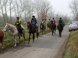 Jezdci na koních vyrazili kolem Velkého rybníku k Přílepské skále