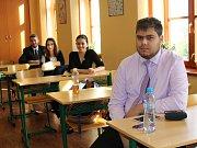 Padesát maturantů Gymnázia Jana Amose Komenského v Novém Strašecí skládalo ve středu didaktický test z českého jazyka.