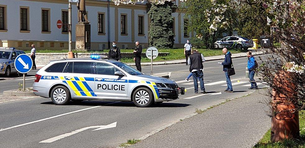 Policejní vyšetřování po varovné střelbě před soudní budovou.