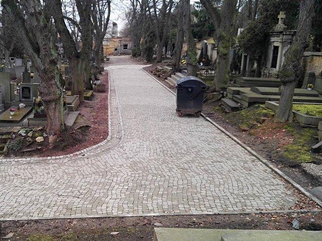 V severní části hřbitova v Rakovníku nechalo město opravit cesty.