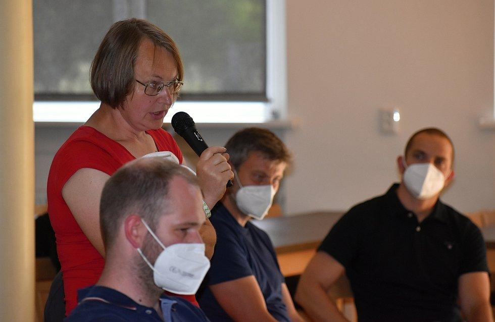 Veřejná debata v Rynholci před referendem o halách.