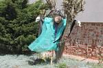Před domy hlídají čarodějnice