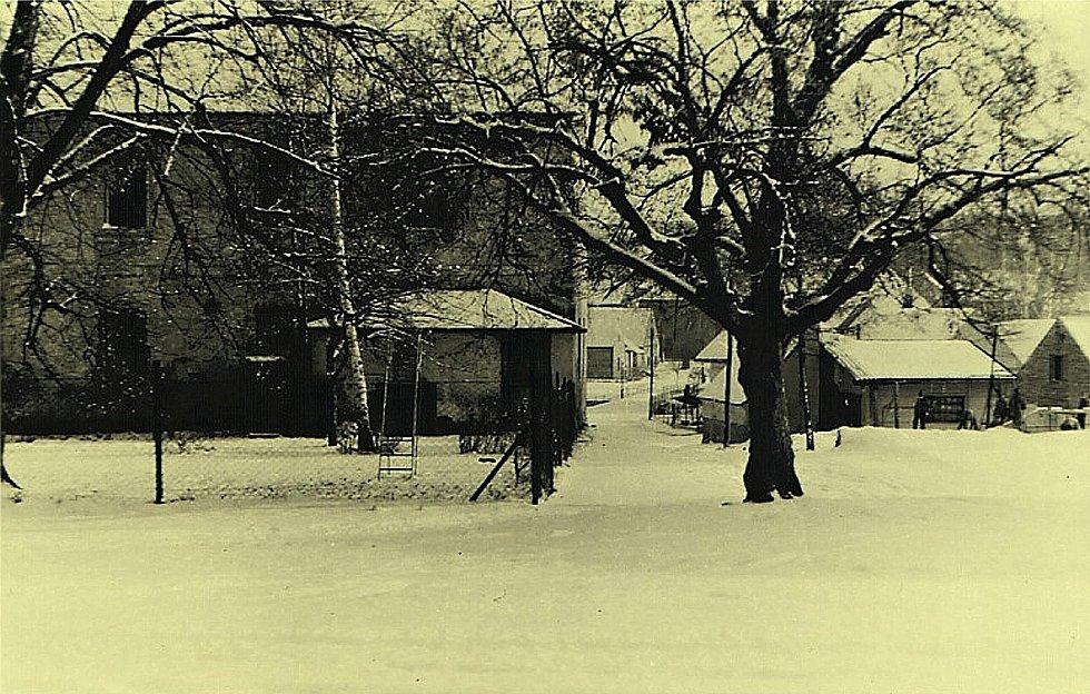 Šanov, rok 1960. Bývalá budova čp. 110, kde sídlila školka a školní dílny.