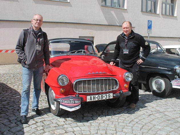 Účastníci Veteránské Rallye 7 Cestles Trial ve dvoře Královského pivovaru Krušovice