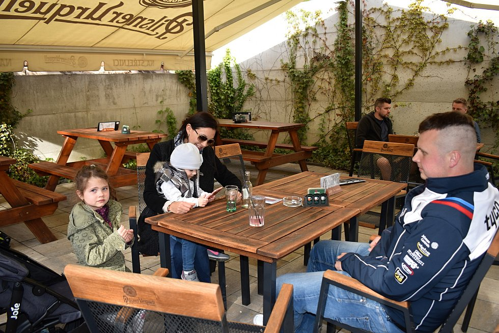 Poměrně živo bylo ve středu v podvečer také na zahrádce rakovnické restaurace Na Střelnici.