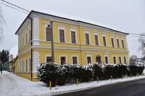 Lišanská škola prošla v posledních letech kompletní rekonstrukcí. Naposledy byla opravena fasáda, a to nejen na školní budově, ale také na budově bývalé pošty.