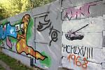 Na zdi nasprejovaný růžový tank v Rakovníku. Oproti tankům sovětské armády se v tomto případě jedná o umění s dávkou recese.