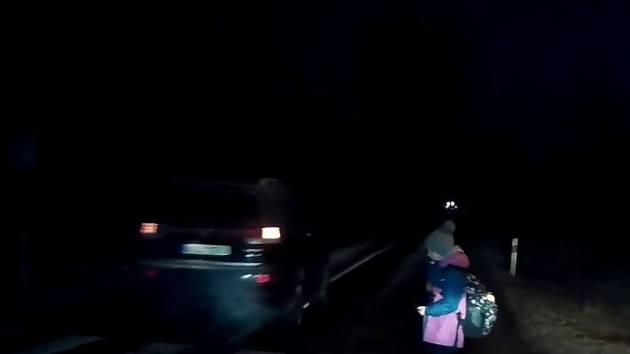 Obrovské štěstí měla v úterý školačka přecházející v ranních hodinách hlavní komunikaci po přechodu pro chodce v Senomatech. Zatímco autor videa na přechodu zastavil, jeho vůz začal předjíždět neznámý řidič.