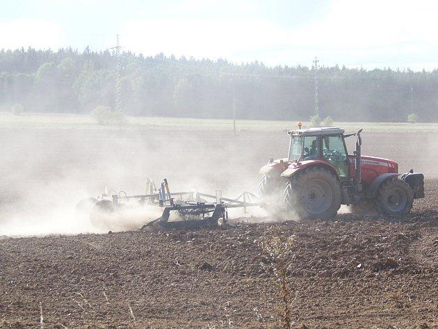 Při přípravě půdy před setím  se zvedají oblaka prachu