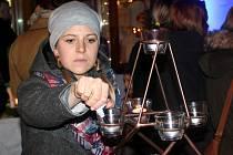 Na Husově náměstí v Rakovníku se konal už třetí ročník akce s názvem Adventní svícení