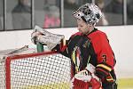 Debakl a konec. Hokejisté Rakovníka (v bílém) prohráli na svém ledě s celkem Junioru Mělník vysoko 2:8 a sezona pro ně skončila.
