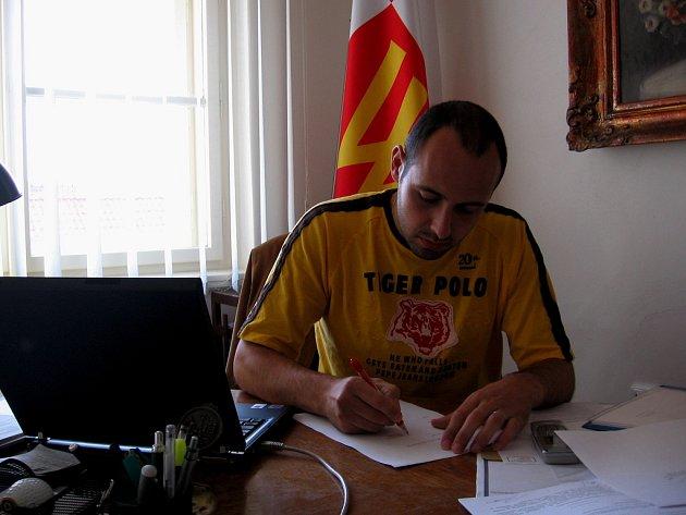 Jakub  Kleindienst stále ještě jako starosta Nového Strašecí podepisuje svoji rezignaci.