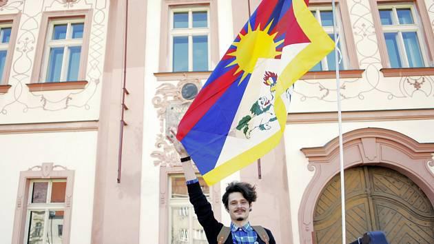 Tomáš Fridrich zaparkoval na protest proti rozhodnutí radnice automobil s vlajkou Tibetu.