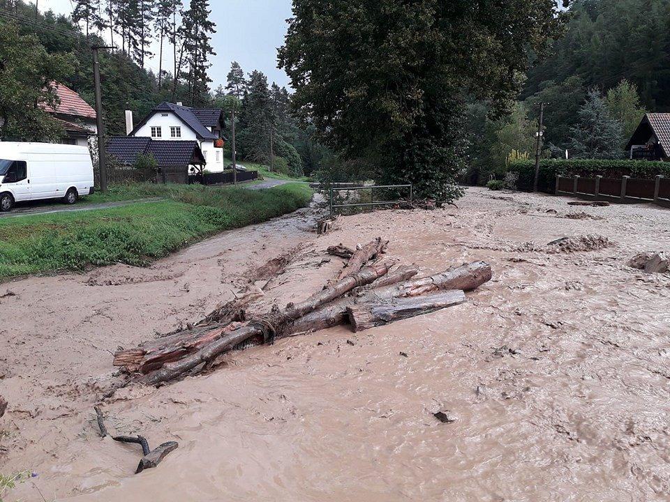Blesková povodeň se přehnala obcí Lašovice.