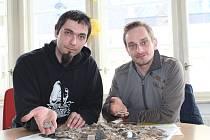 Na poli nebo v lese se dá najít spoustu pokladů. Mezi nimi třeba keltská kachnička nebo polská středověká mince.