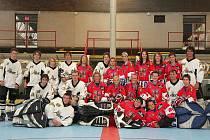 Rakovničtí in -  line hokejisté využili návštěvy  ženské reprezentace a vyfotili se s nimi.