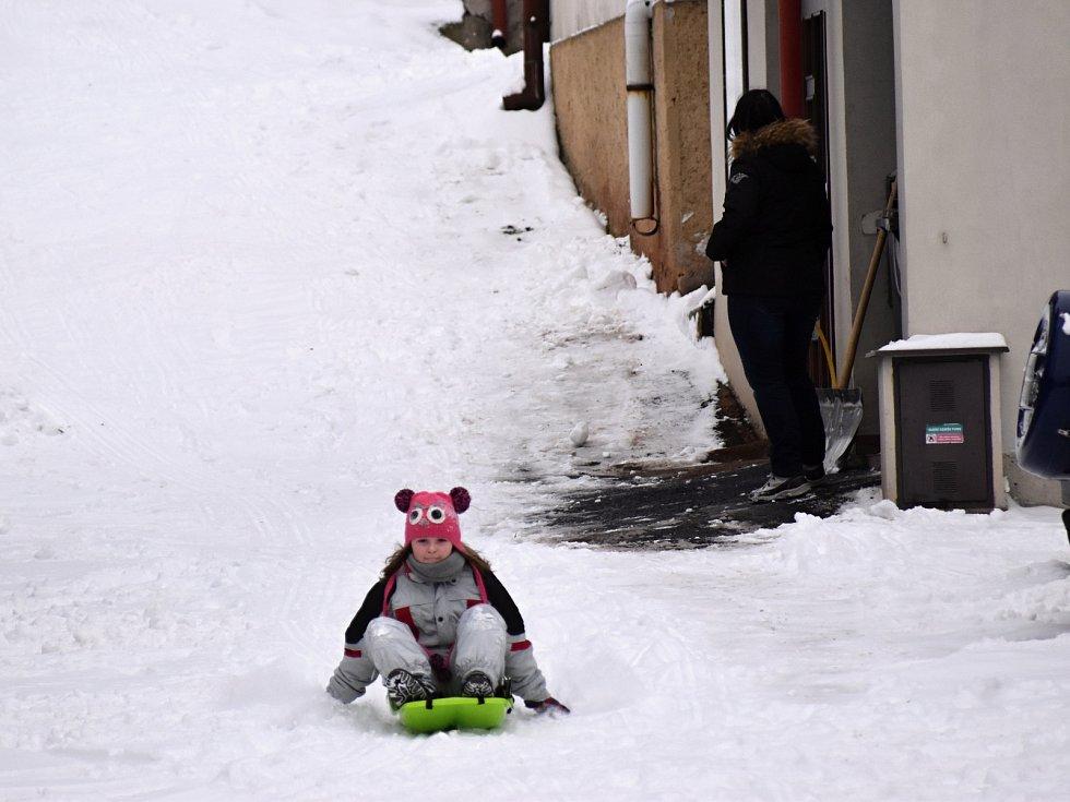 Sněhové nadílky využili lidé k zimním radovánkám.
