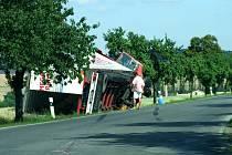Převrácený kamion na silnici mezi Slabcemi a Panoším Újezdem.