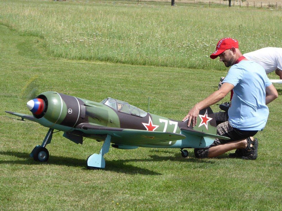 Závody polomaket v modelářské části rakovnického letiště.
