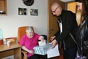 Volby v rakovnickém Domově seniorů. Do přenosné urny volila Stanislava Fraňková a Miluška Šindlerová. Komise k nim dorazila v půl třetí odpoledne z devátého okrsku v Čermákových sadech. Pro obě dámy byla volební komise v pokoji vítaným zpestřením.