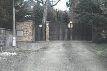 Územní plán počítal s tím, že vrata od pozemku Petrželkových nahradí veřejná komunikace, která povede přes jejich zahradu.