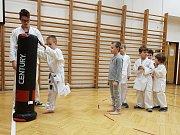 Děti  trénují jednotlivé techniky karate v tělocvičně 1. ZŠ v Rakovníku.