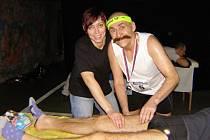 Sláva Pilík z Rakovníka doběhl, aby poté v podzemí pomáhal masérce Karle s masážemi nohou dalších maratónem zničených závodníků